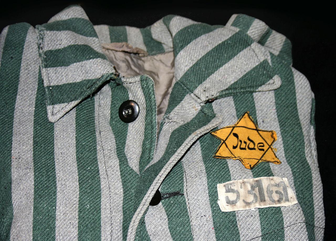 1280px-Auschwitz_outerwear_distinguish_yellow_Star_of_David